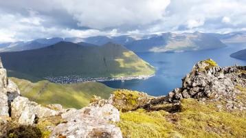 12. Útsýnið frá Gjógvarafjalli yvir á Fuglafjørð