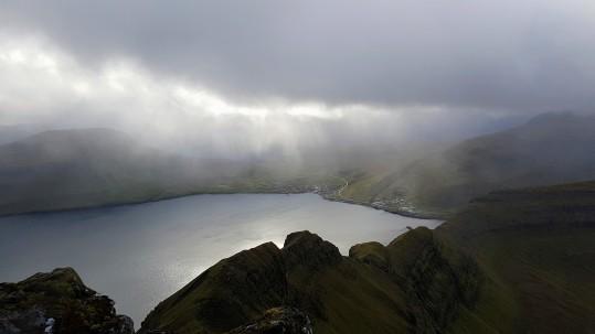 Syðrugøta kemur líðandi undan mjørkatáminum