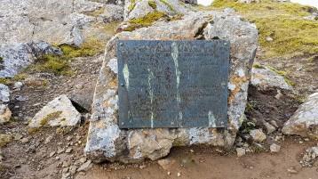 Metalplátan á steini uppi á Kunoyarnakka