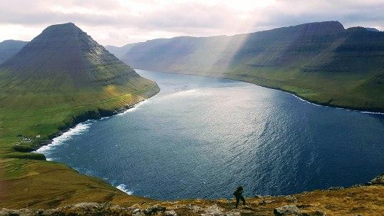Malinsfjall sæst t.v. á Viðoynni og Tindur uttast t.h. á Borðoynni